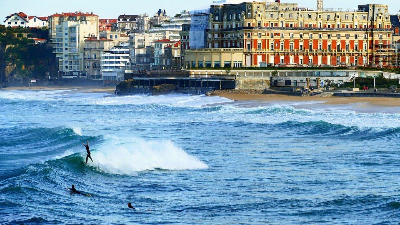 Biarritz, le spot idéal pour se mettre au surf