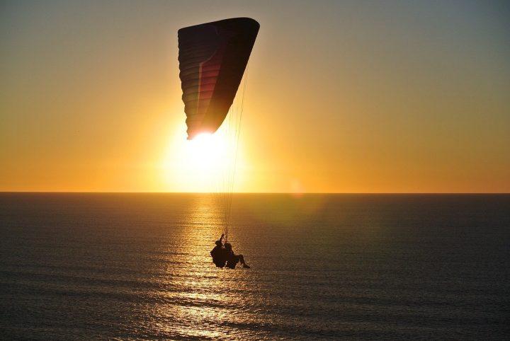 Découvrir le parachutisme pendant les vacances avec le saut en tandem